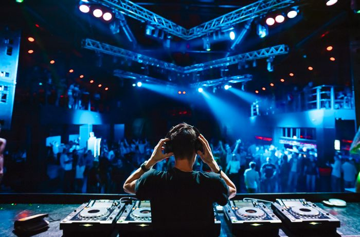 DJ pinchando música en una discoteca