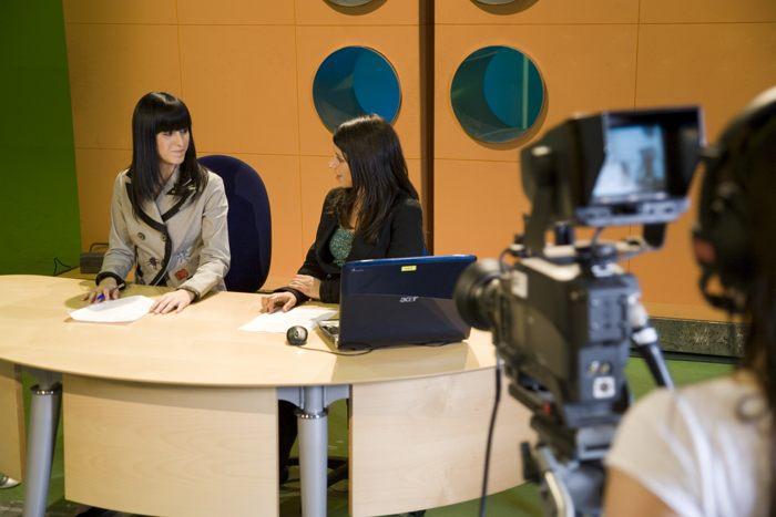 Alumnos practicando la locución en televisión