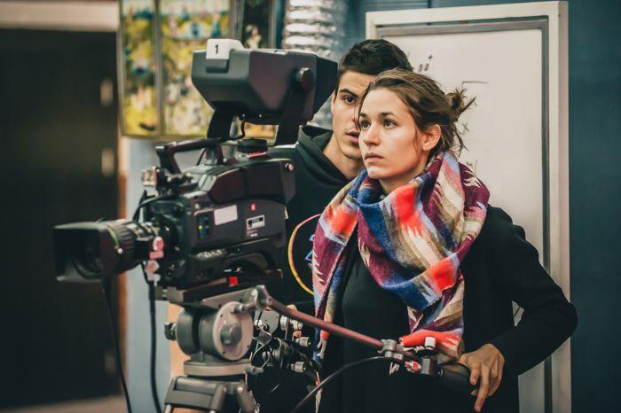 Alumnos trabajando con cámara