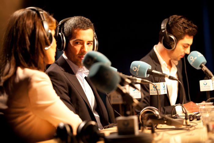 Alumnos transmitiendo en la radio
