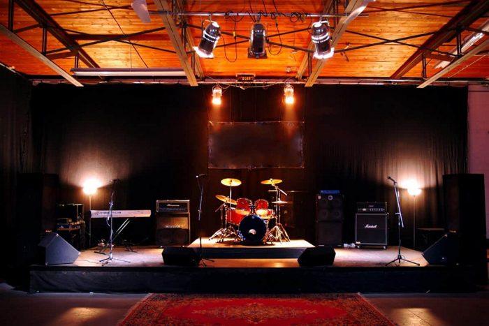 Escenario con instrumentos musicales