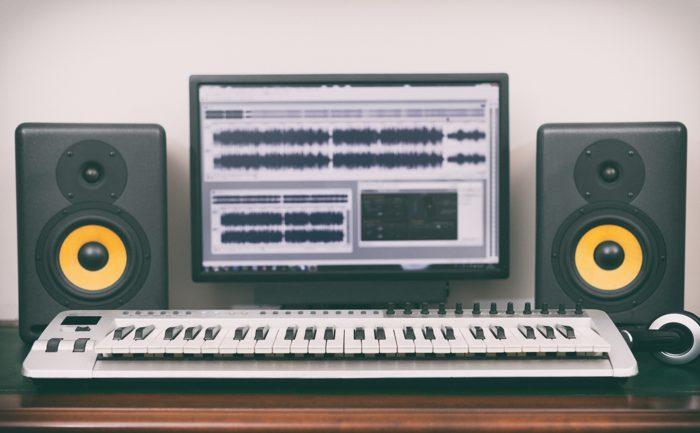 Programa informático de sonido y un piano