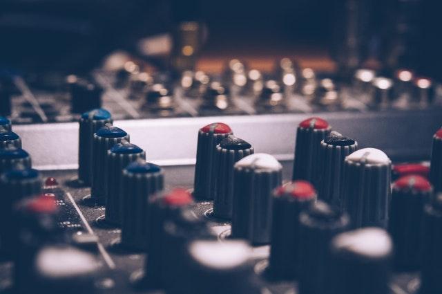Controles de un panel de sonido