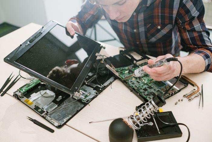 Alumno trabajando en un dispositivo electrónico.